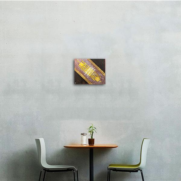 Tabloul expus pe perete ...